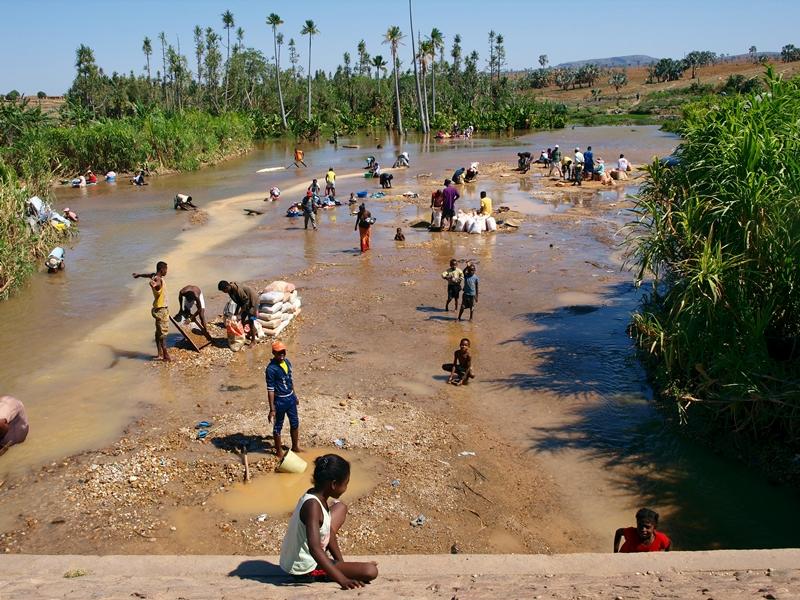 Nie len zafír, ale aj zlato hľadajú ľudia v okolí Ilakaky.
